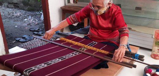 Semangat Oma Min lestarikan tenun Tanimbar di usia senja
