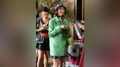 Cerita di Balik Kostum Lily Collins di Emily in Paris, Temanya Luar Biasa
