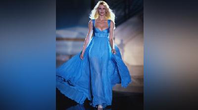 Claudia Schiffer Jadi Inspirasi Barbie, Pakai gaun Versace dan Balmain