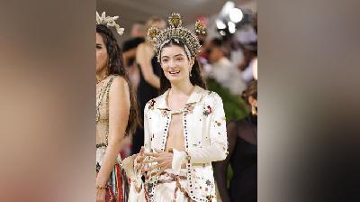 Hiasan Kepala Unik Met Gala 2021, Mahkota Lorde sampai Topi Bulu Dixie D'Amelio
