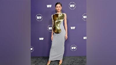Zendaya Tampil Glam Pakai Gaun Pelindung Dada Emas di Women in Film Awards 2021