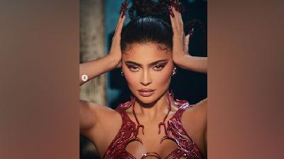 Cerita di Balik Korset 3D Kylie Jenner untuk Koleksi Halloween Kylie Cosmetics