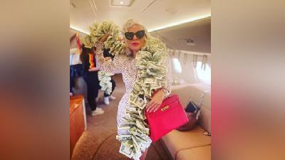 Gaya Glamor Lady Gaga Pakai Syal dari Uang Kertas 100 Dolar